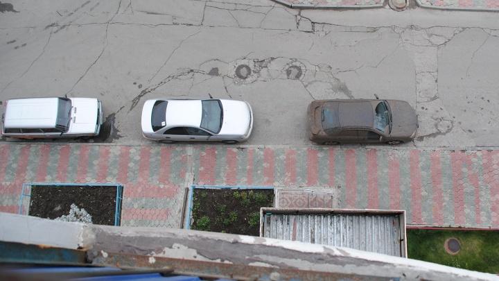В «Бугринской роще» молодой человек выпал из окна на 8-м этаже