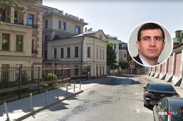 Борис Эбзеев и здание, где его сын купил квартиру в четыре года