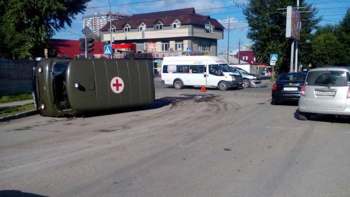 На улице Бориса Богаткова перевернулся медицинский УАЗ