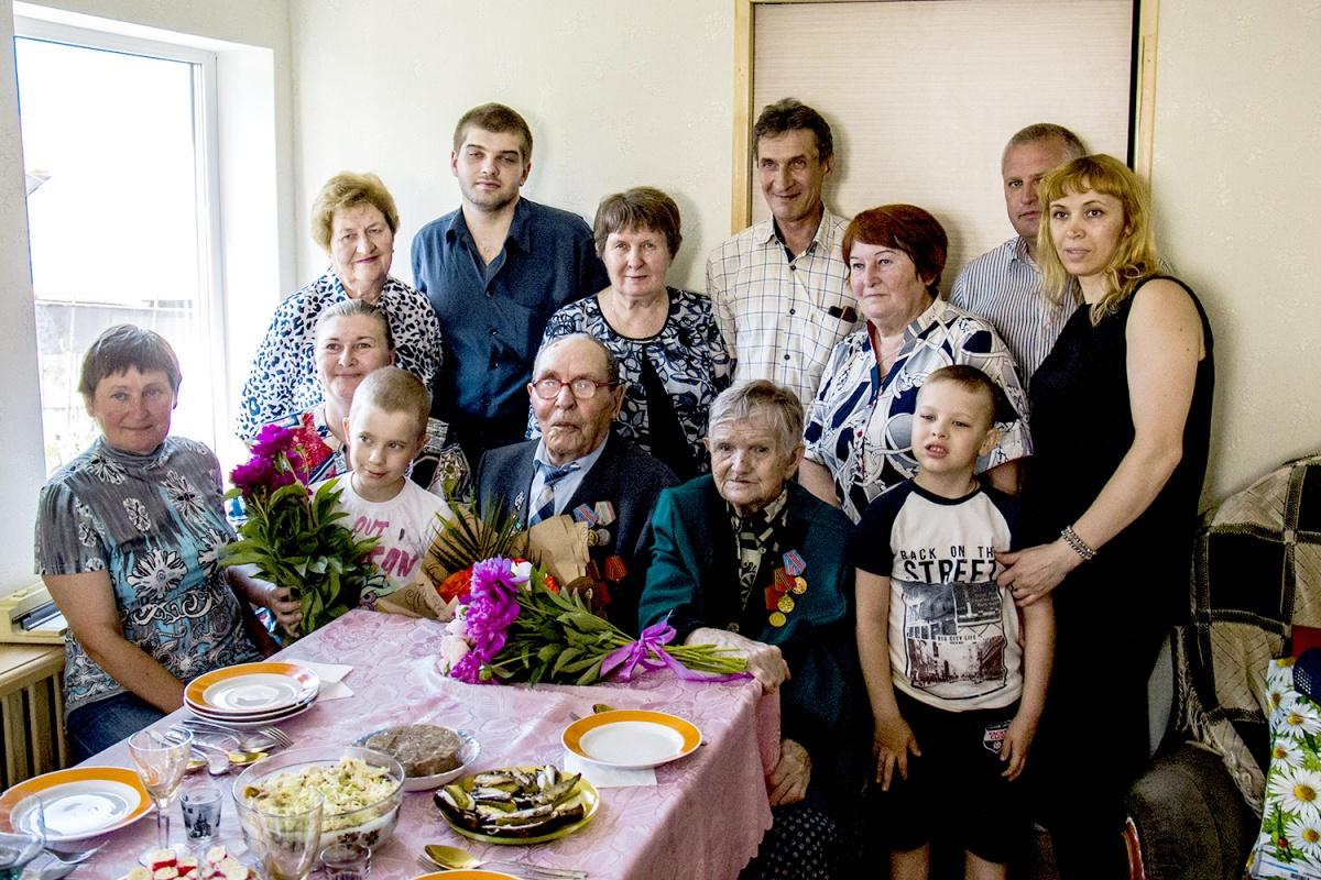 Большая семья Коробейниковых пришла в гости к супругам в их дом в частном секторе за ул. Бурденко в Кировском районе Новосибирска