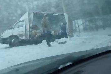 Жёсткое ДТП на выезде из города: у грузовой «Газели» оторвало стенку будки