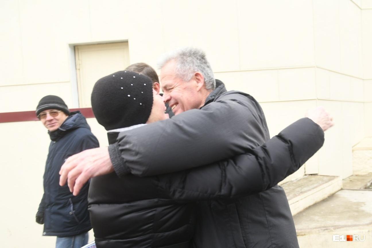 Первым делом Михаил Астахов обнял супругу