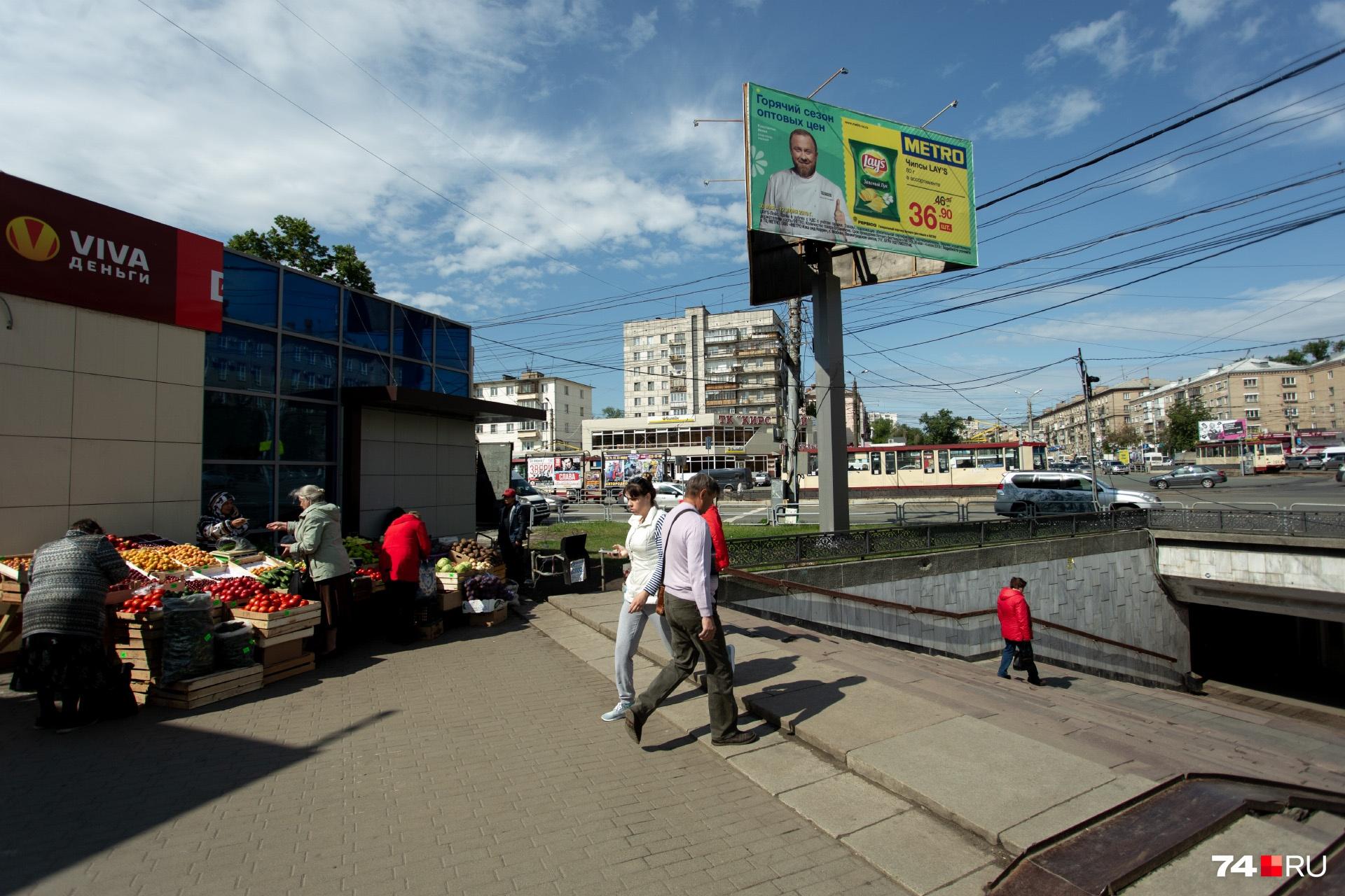 Идём дальше по улице Кирова. Хотим мы этого или нет, но вновь упираемся в базар
