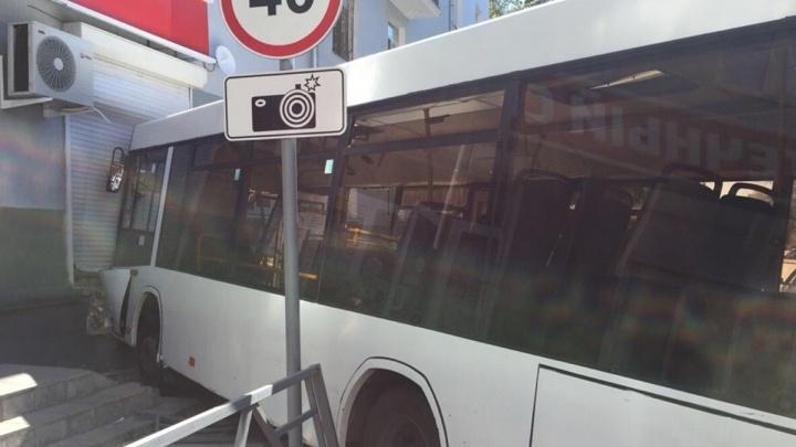 Около ж/д вокзала автобус № 67 столкнулся с ПАЗом и врезался в дом