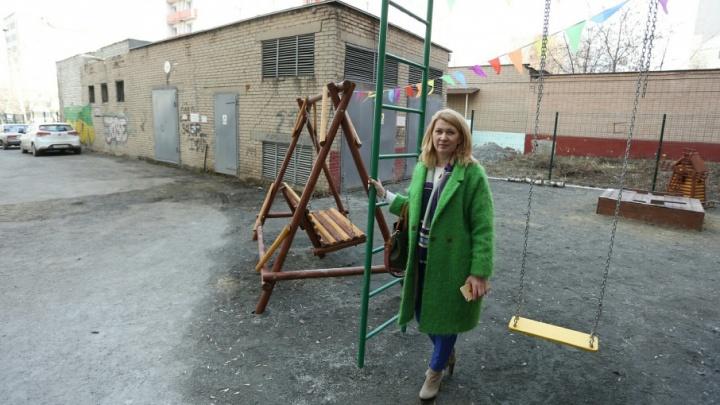 «Грозят штрафом в 100 тысяч»: челябинку заставляют снести сделанную за свой счёт детскую площадку
