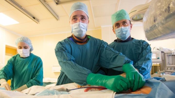 Красноярские хирурги через прокол в руке поставили стент на сонной артерии 70-летнего мужчины
