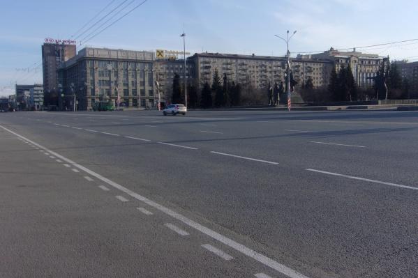 Прошлогодняя разметка на площади Ленина не пережила зиму — дорожники нанесли свежую краску<br><br>