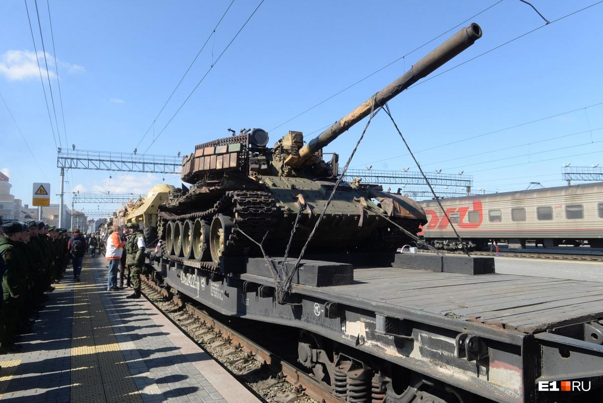 В Екатеринбург привезли орудия боевиков: встречаем на вокзале 18 вагонов с трофеями из Сирии