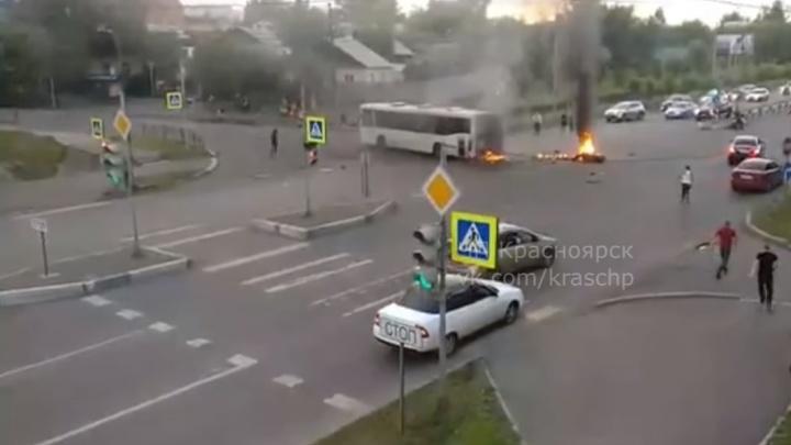Мотоциклист на скорости влетел в автобус на Шахтеров и загорелся
