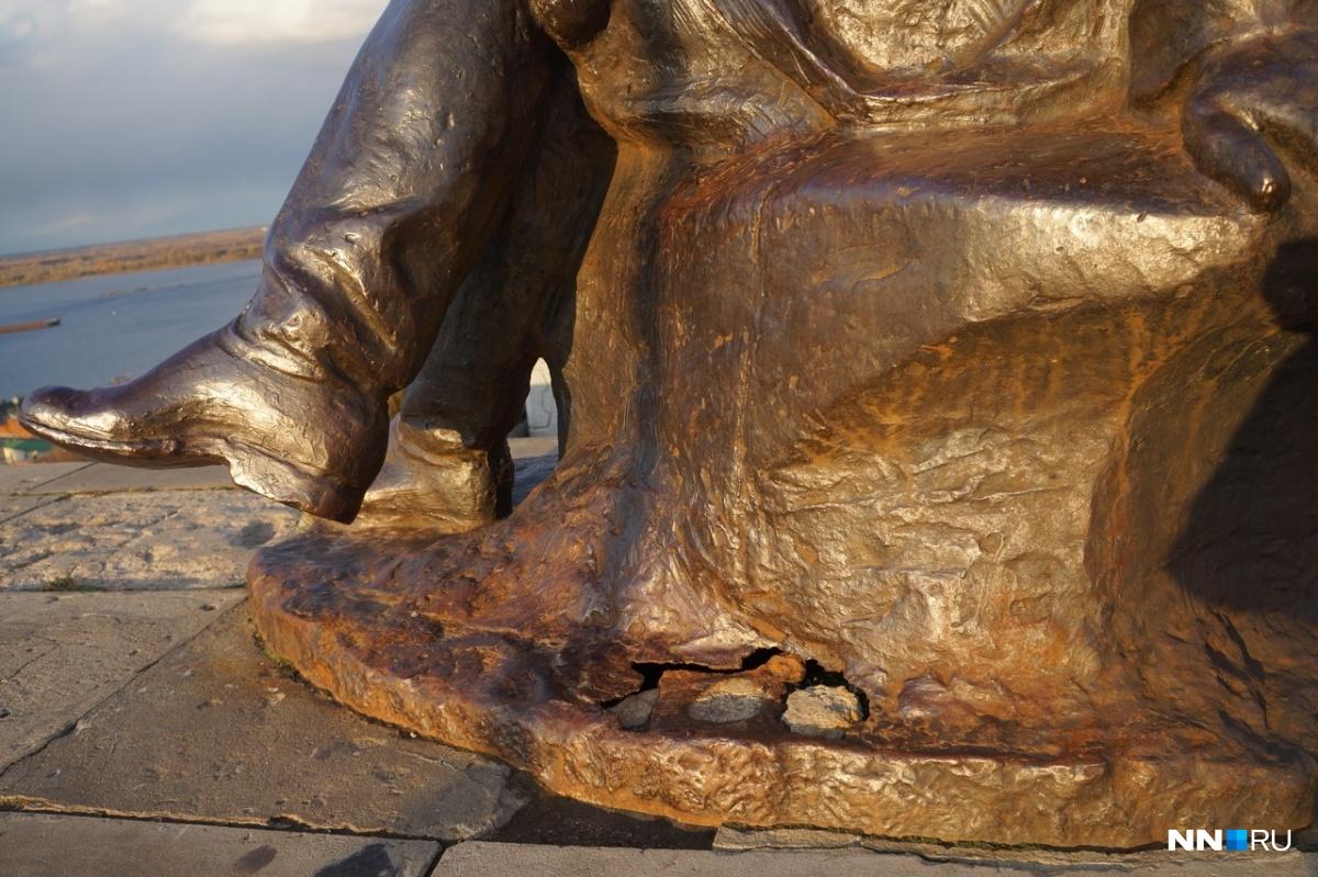 «Напомните мэру, что он обещал»:памятник Горькому на набережной Федоровского ждёт ремонта 7 месяцев