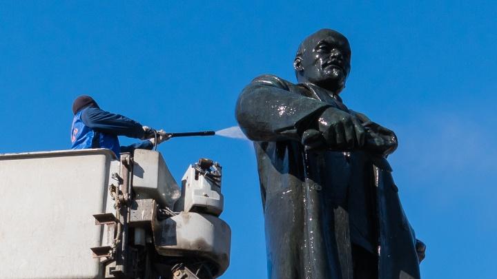 Чистота на пару дней. В Перми помыли памятник Ленину: фоторепортаж
