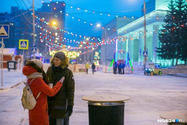 На площади проводят новогоднюю ярмарку, а на нижнем ярусе расположится снежный городок и елка
