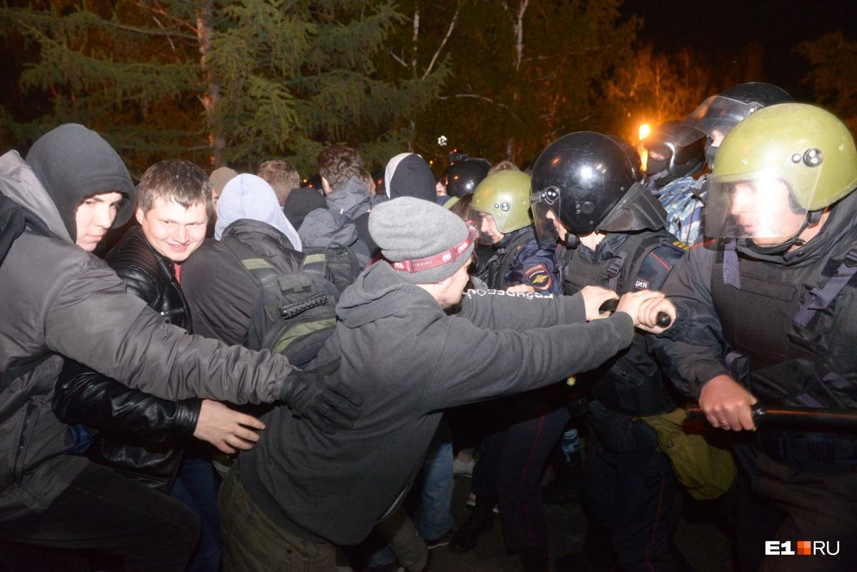 Правоохранители пытаются задержать участника акции против строительства собора Святой Екатерины