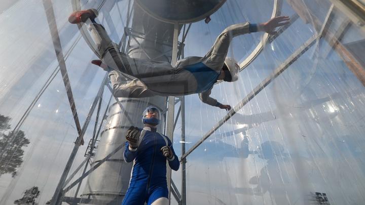 Почувствуй себя супергероем, если не вмажешься в стену: учимся летать в первой в Екатеринбурге аэротрубе