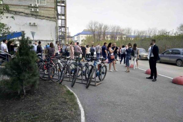 Тюменцы ожидают на улице, пока здание проверят