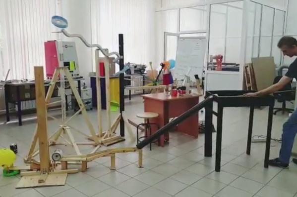 Для создания механизма использовались трубы, бруски и рейки