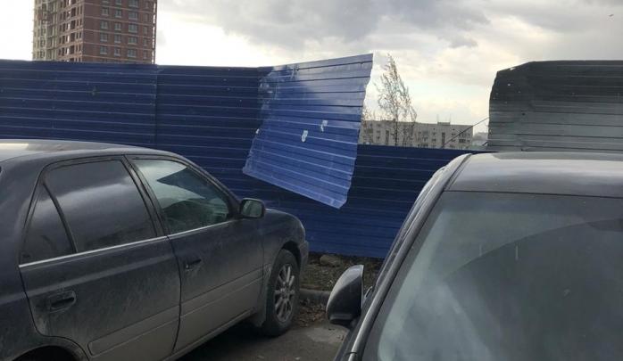 Сильный ветер в Новосибирске придавил прохожую металлическим забором