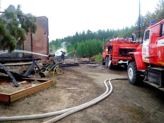 Сотрудники базы отдыха вывели из горящего домика более 30 человек