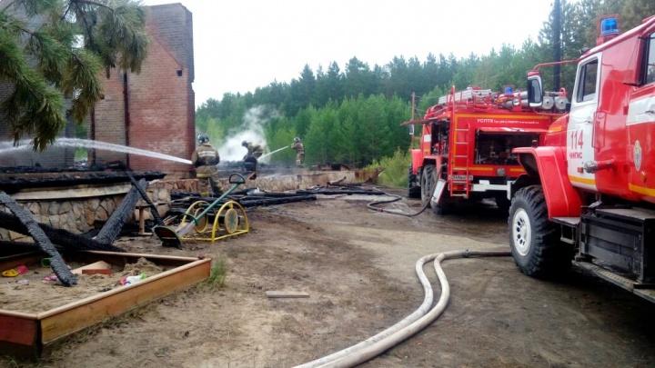Крупный пожар на базе отдыха под Новосибирском: спасены 32 человека
