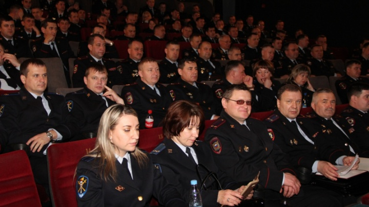 Полицейских всех подразделений массово повели на патриотичный фильм «Движение вверх»