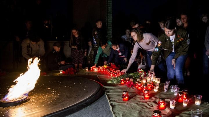 Новосибирцы зажгли свечи памяти у Монумента Славы