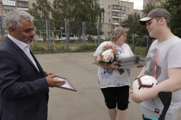 Сначала миллионер приехал к Денису Рохмистрову в образе таксиста, а на следующий день уже при параде