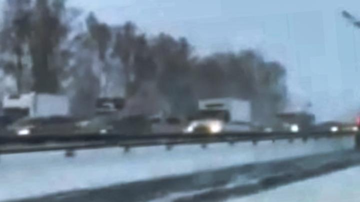 Уфимцы из-за метели застряли в пробке на трассе Уфа-аэропорт, очевидцы сняли видео