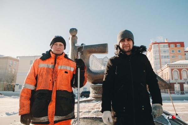 Знакомьтесь, это боевые ребята Максим и Руслан, которым мороз нипочём. Они трудятся на почти пустынном Цветном бульваре с самого утра. Говорят, что им не холодно, потому что их греет работа