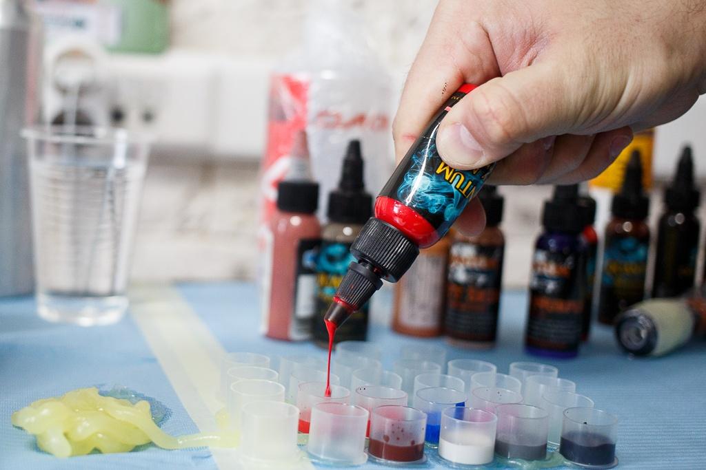 Черная краска включает оксид железа, красная — киноварь и кадмий, зеленая — хромат свинца, синяя — оксид кобальта