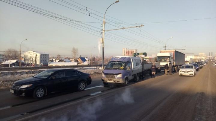 Димитровский встал: авария с фурой собрала длинную пробку в сторону левого берега