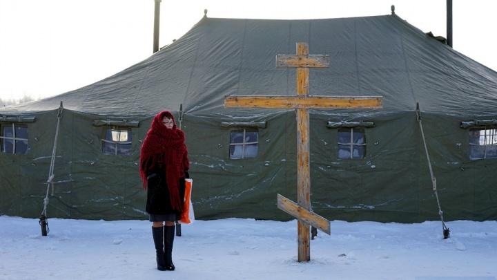 Тельняшка, «освещённая вода» и ледяной бассейн: смотрим топ-20 фото с Крещения в Омске
