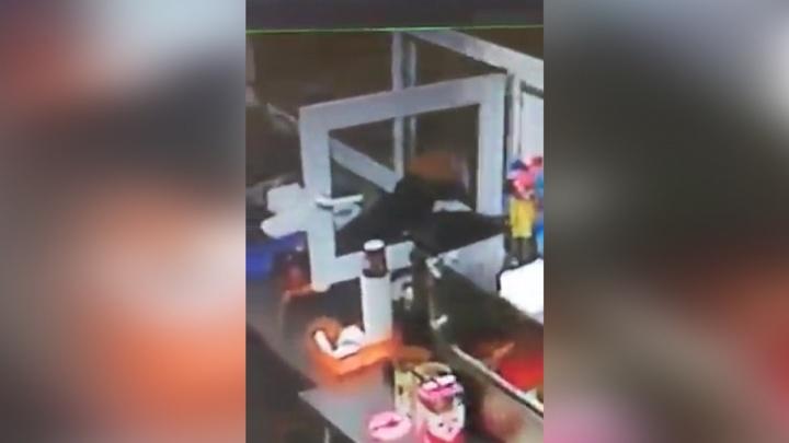 Кошелёк или шаурма: в Уфе мужчина пытался ограбить киоск с едой