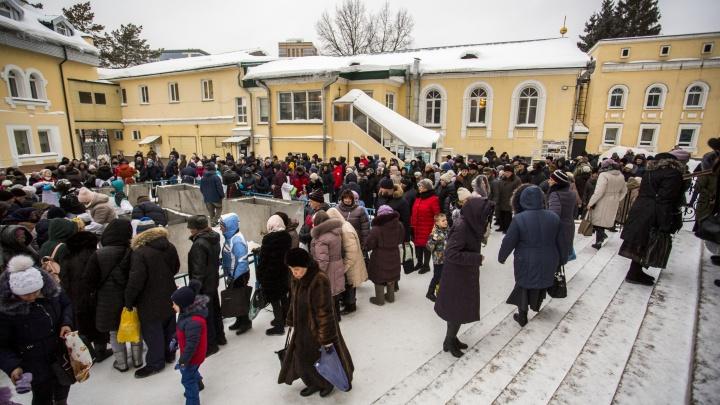 «Окропить своё жилище, машину, одежду и другие вещи»: новосибирцы выстроились в очереди за святой водой