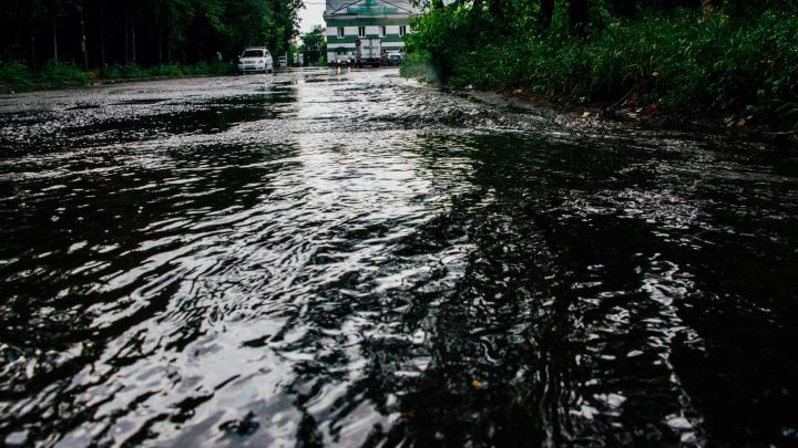 Утонувшие дороги, град и происшествия в парках: чем обернулся пятиминутный ливень для Омска