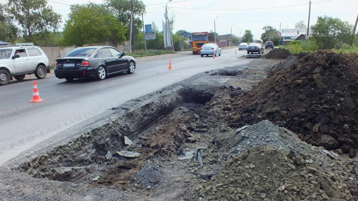 Дорожники вскрыли новый асфальт в Омске после появления снимков трещин во «ВКонтакте»