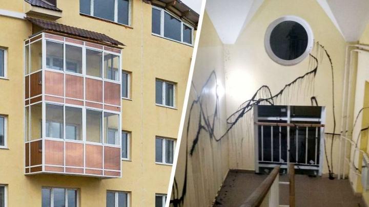 Коммунальная война: в Екатеринбурге ночью забрызгали краской стены в подъездах домов