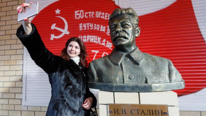 Со скандалом и верой в правое дело: в Волгограде открыли памятник Сталину