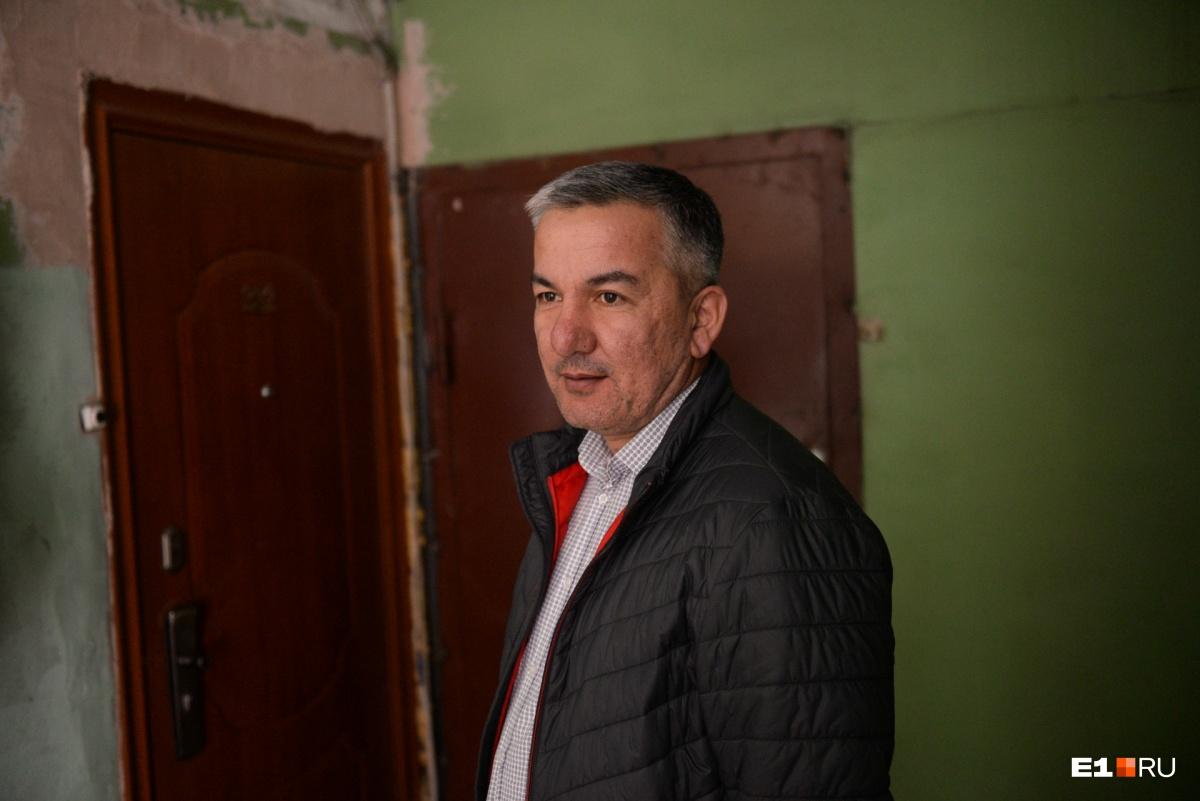 Встретили местного жителя. Шавхат рассказал, что снимает квартиру. На наш вопрос, нравится ли ему здесь, ответил: «А что делать? Есть выход, что ли?»