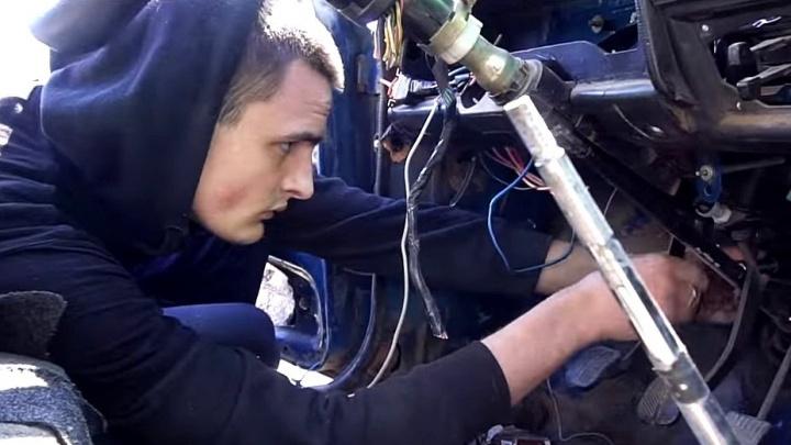 Новосибирские блогеры поменяли местами педали в «Жигулях» и проехались на них