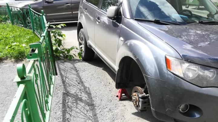 «Одним и тем же ножом»: десяткам машин порезали колёса во дворах на Челюскинцев