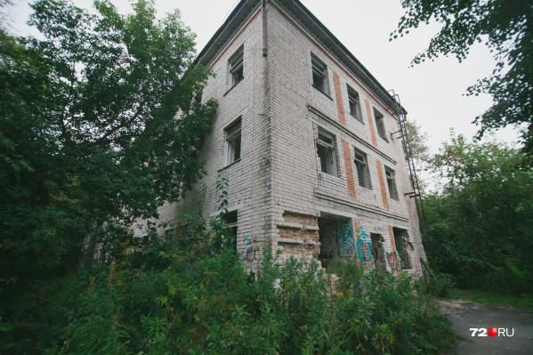 Здание разрушено. Единственное, что от него осталось, — каркас и несколько перекрытий внутри