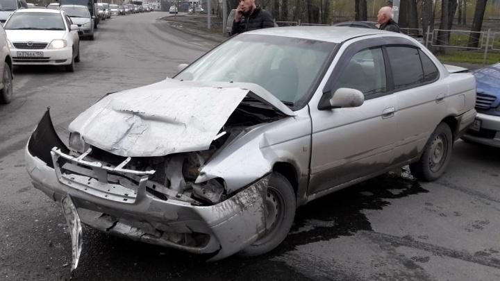 Водителя «Жигулей» увезли на скорой после жёсткого ДТП на перекрёстке