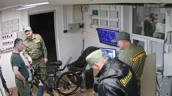 В Академическом камеры сняли, как охрана поймала веловора, который был в розыске за кражу и грабёж