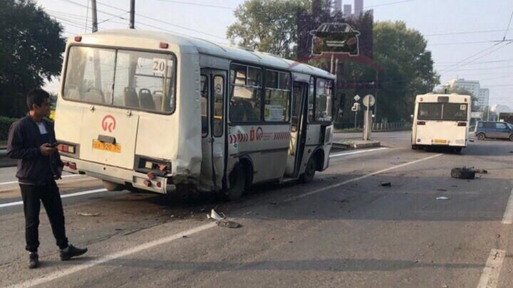 Пьяный водитель разбил «Форд» об пассажирский автобус: детали раскидало по дороге