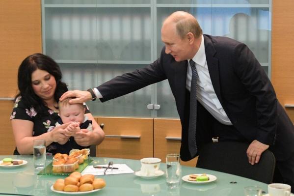 Президент заявил, что платить пособия на детей до трех лет недостаточно