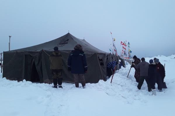 Для установки новой палатки понадобилось много рабочих рук
