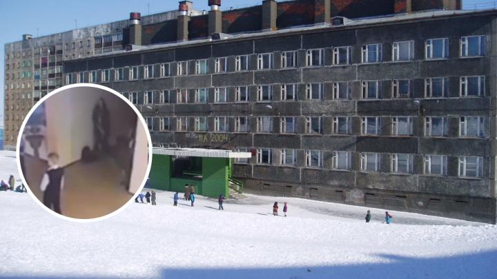 Под камерами в здании школы Норильска выловили эксгибициониста