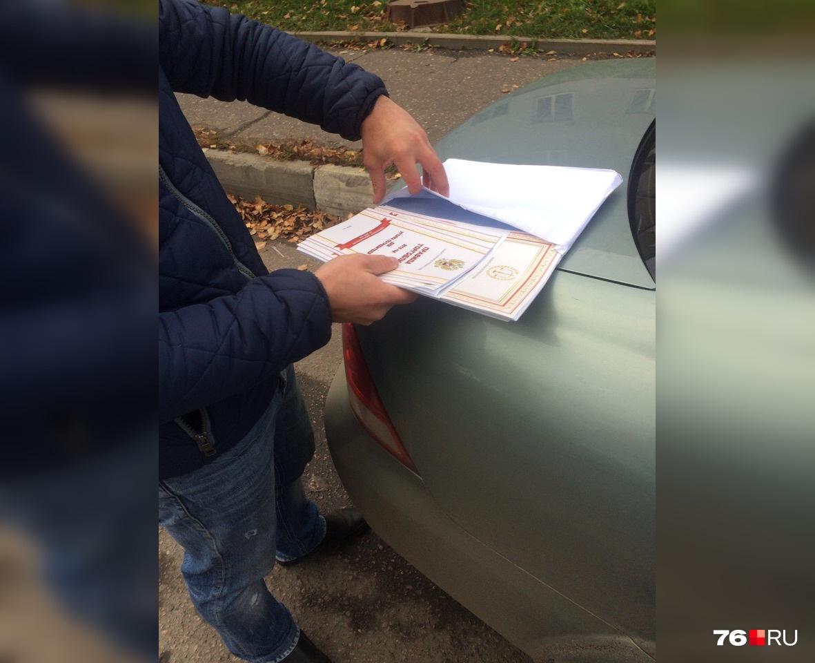 Глянцевые сертификаты и другие документы аккуратно сложены в белый конверт