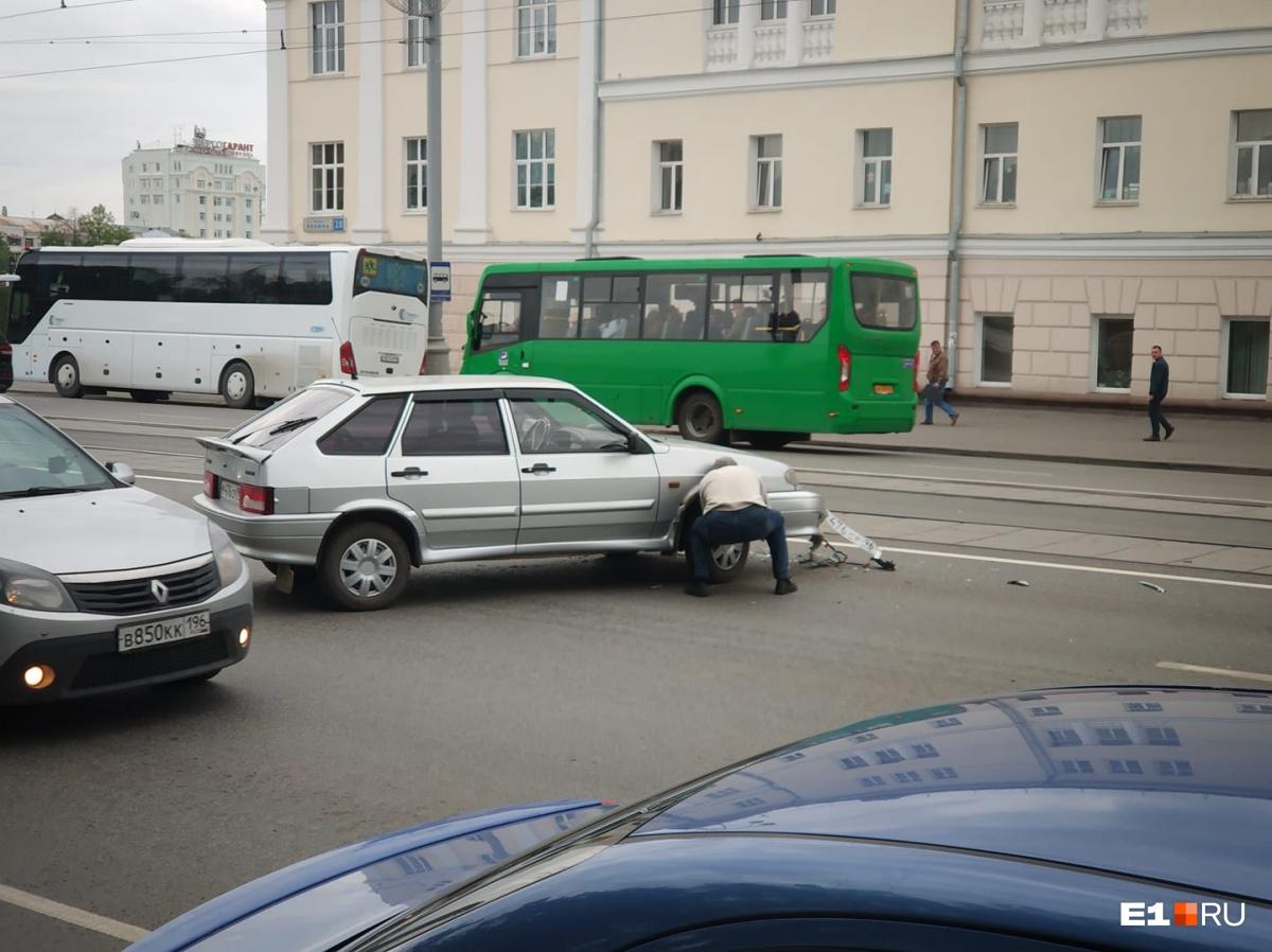 «Двигается, но лежит на трамвайных путях»: у колледжа Ползунова сбили мотоциклиста