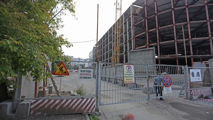 Снимают запреты: возле долгостроя в центре Челябинска демонтируют забор, закрывающий проезд машин